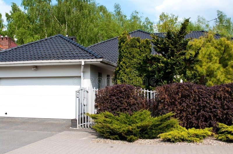 Maison privée moderne avec le jardin luxuriant photographie stock