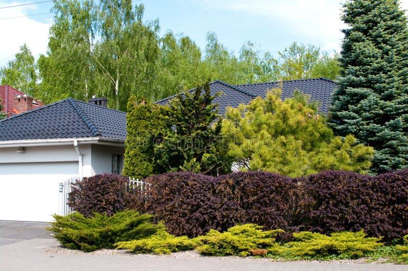 Maison privée moderne avec le jardin luxuriant images libres de droits