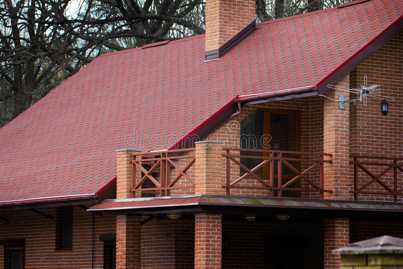 maison priv e moderne de brique avec le toit rouge au printemps image stock image du ext rieur. Black Bedroom Furniture Sets. Home Design Ideas