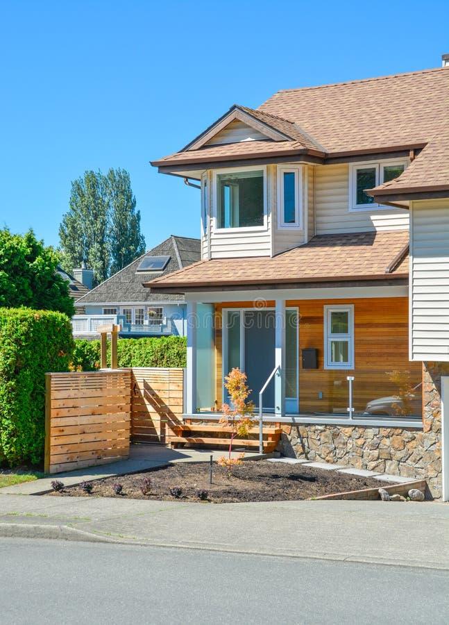 Maison résidentielle avec le porche et voie concrète au-dessus de la cour image libre de droits