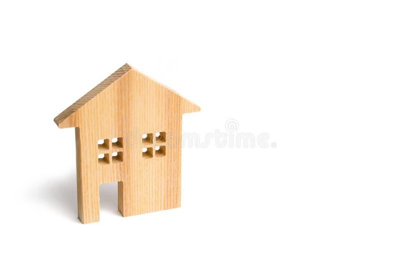 Maison résidentielle en bois sur un fond blanc Hypothèque et crédit pour l'achat minimalisme Concept d'immobiliers d'isolat photographie stock