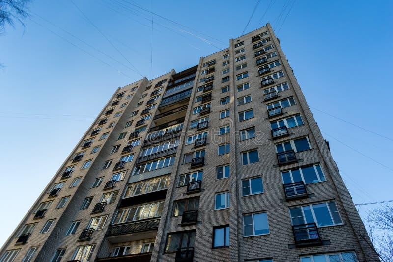 Maison résidentielle sur le fond de ciel bleu Immeuble des périodes soviétiques photographie stock libre de droits