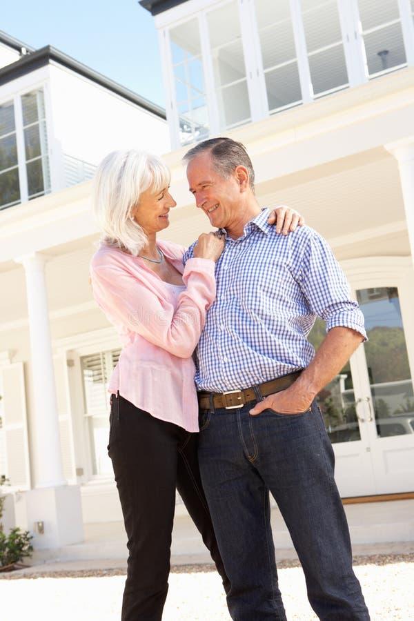 Maison rêveuse extérieure debout de couples aînés images stock