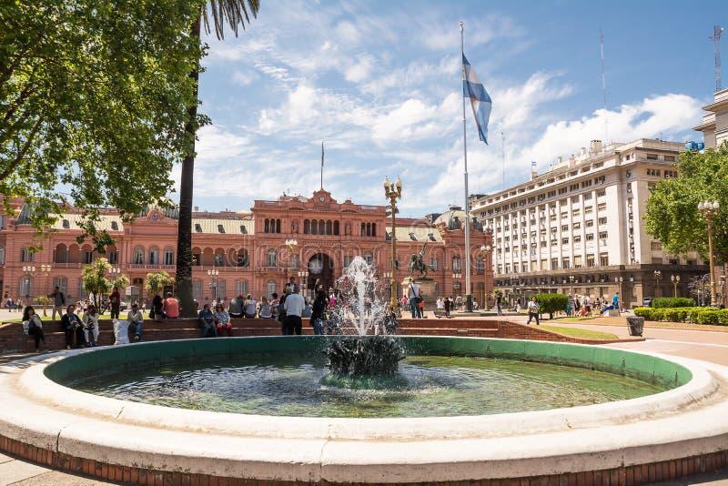 Maison Rosada à Plaza de Mayo à Buenos Aires avec le touriste dans un s photographie stock libre de droits
