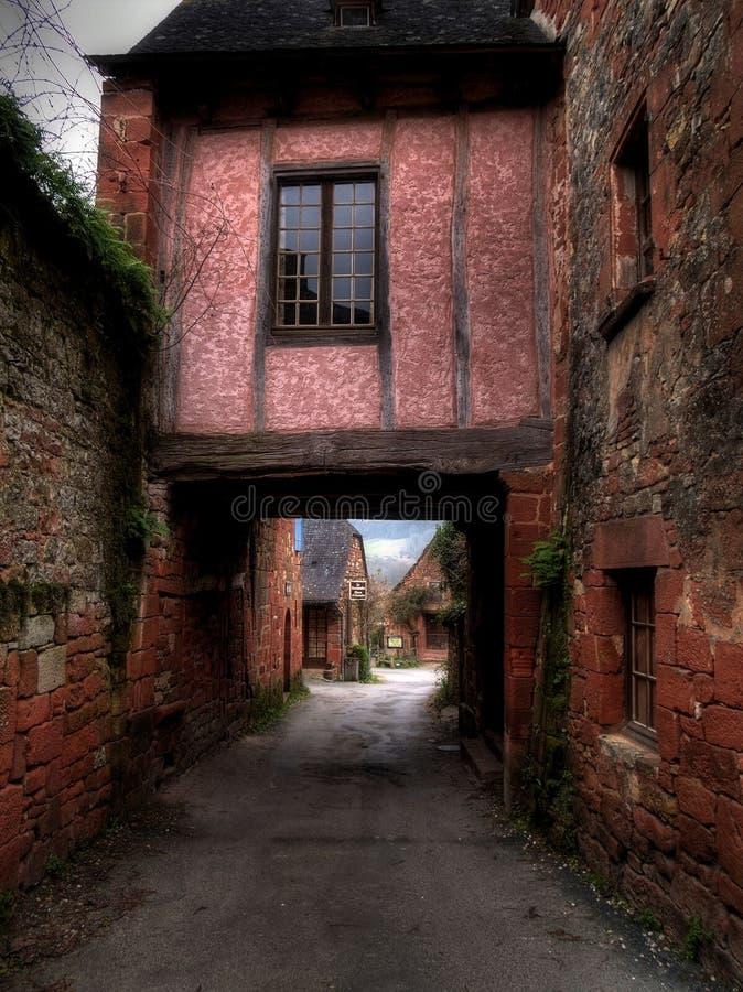 Maison rose dans une ville rouge. photos stock