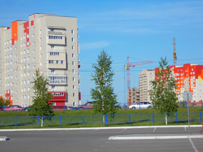 Maison rouge-blanc-orange de maison à plusiers étages, Russie photographie stock