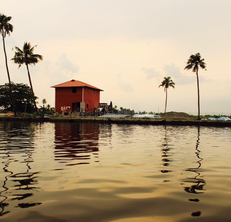 Maison rouge par le bord de mer au Kerala images libres de droits
