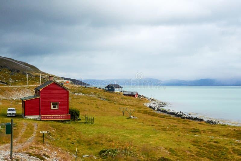 Maison rouge près du lac image libre de droits