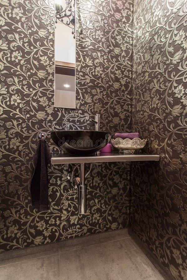 Maison rouge - salle de bains élégante photos libres de droits