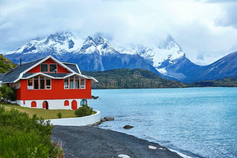 Maison rouge sur le lac Pehoe en Torres del Paine images libres de droits