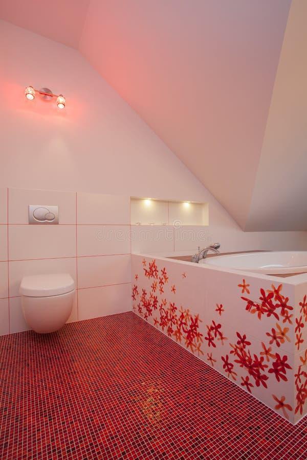 Maison rouge - toilette et bain photo stock