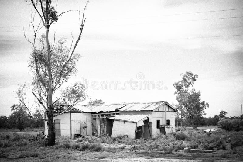 Maison ruinée de ferme tombant vers le bas et abandonné - noir et blanc images stock