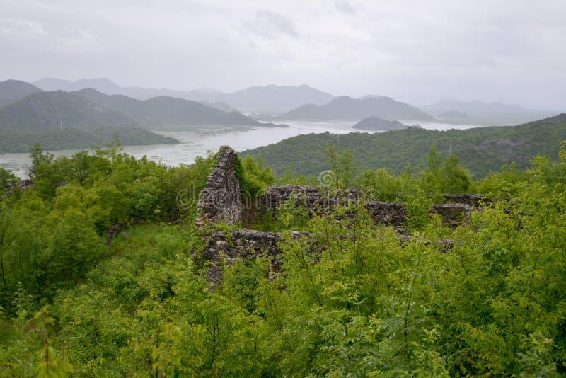 Maison ruinée sur la colline photo libre de droits