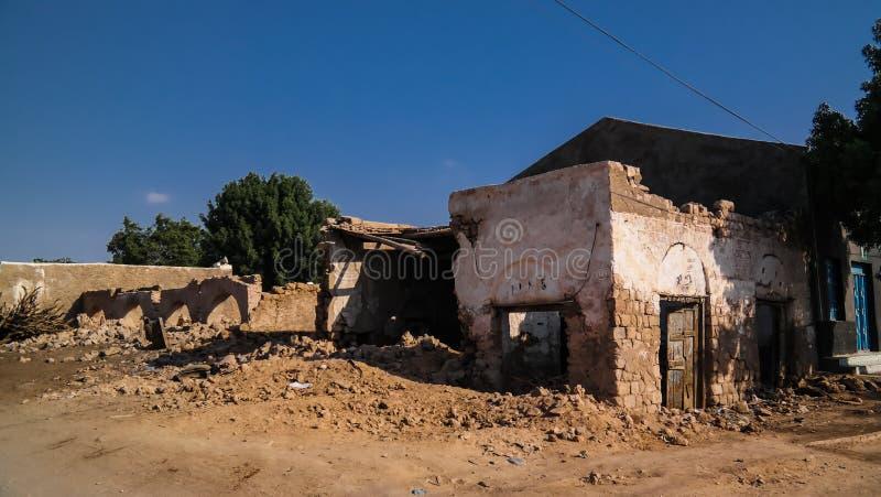 Maison ruinée sur la rue de Berbera, Somaliland, Somalie images stock