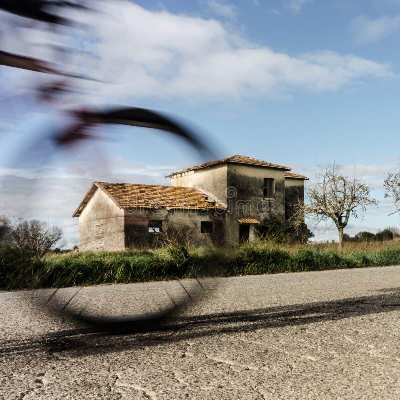 Maison rurale avec la bicyclette mobile images libres de droits