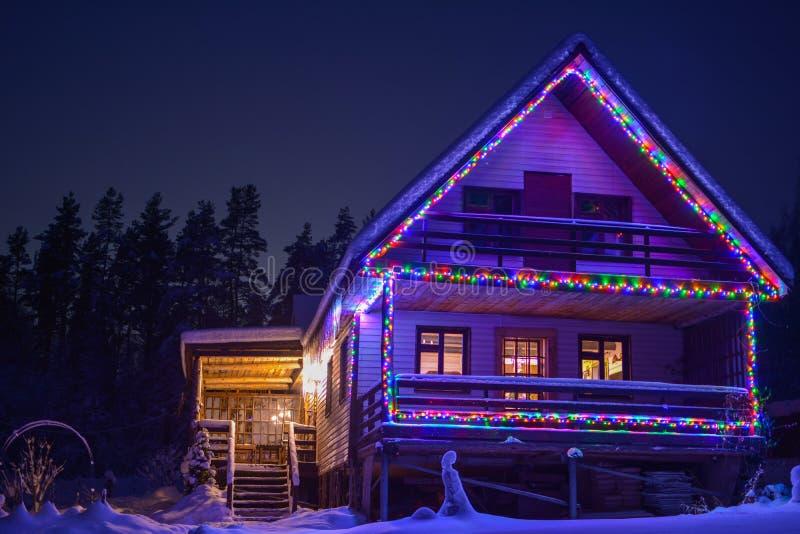Maison rurale dans les lumières de fête image stock