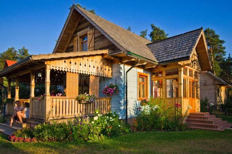 Maison rurale en bois en Pologne, région de Roztocze images stock