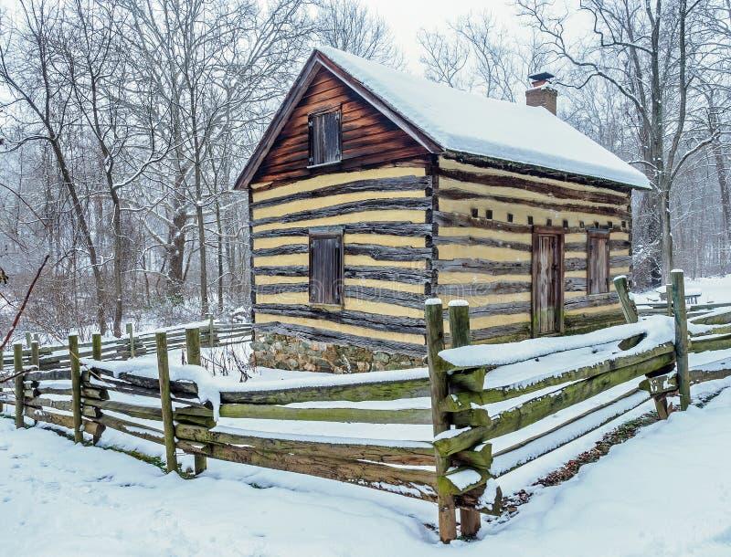 Maison rustique de pionnier de pays dans la neige photographie stock libre de droits