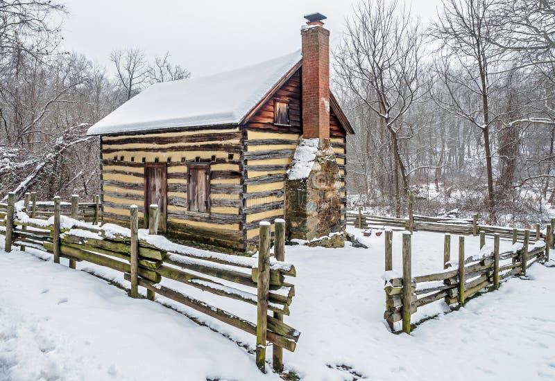 Maison rustique de pionnier de pays dans la neige photo stock