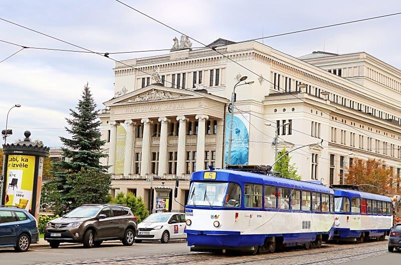Maison scolaire nationale letton de théâtre d'opéra et de ballet et vieux tram, Riga, Lettonie photos stock