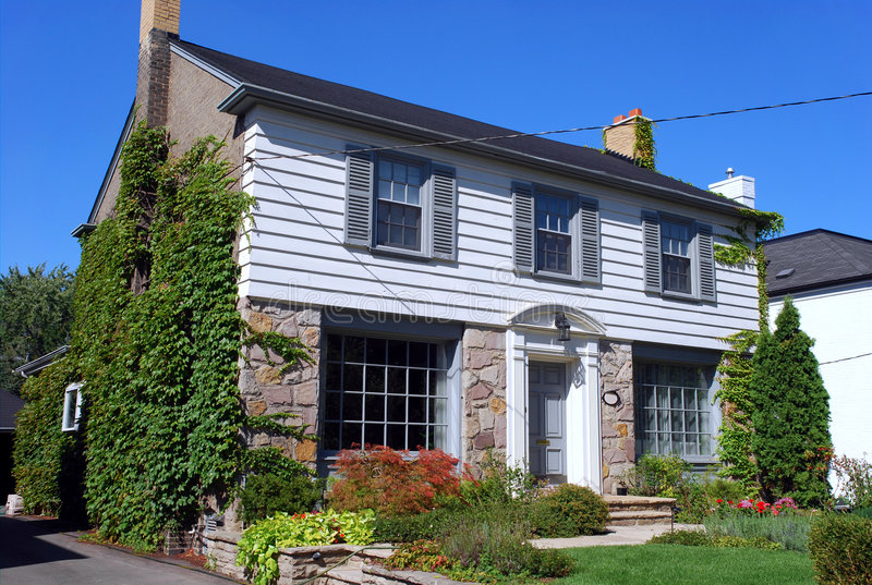 Maison suburbaine avec la voie de garage image libre de droits