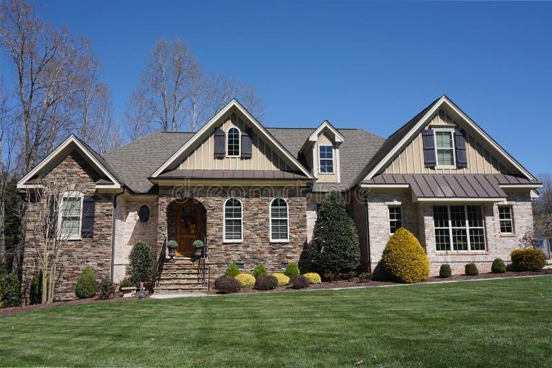 Maison suburbaine avec un extérieur de pierre et de brique dans un voisinage en Caroline du Nord photos libres de droits