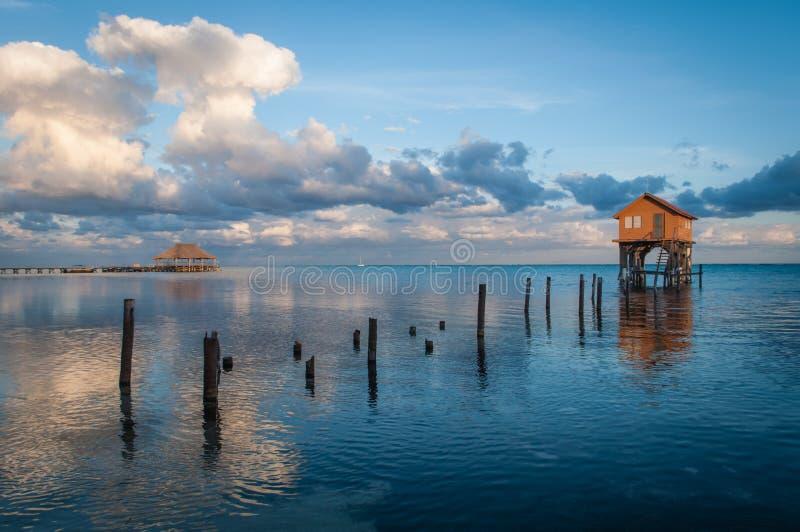 Maison sur l'océan en ambre gris Caye image libre de droits