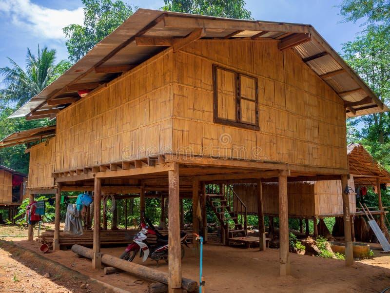 Maison thaïlandaise de style à l'interdiction Pong Luek en parc national de Kaeng Krachan, Thaïlande photos stock