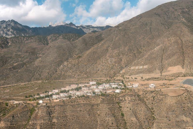 Maison tibétaine dans la campagne image stock