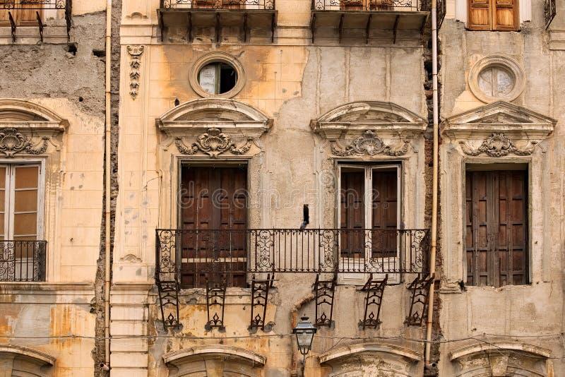Maison très vieille dans le délabrement Aucun plancher sur le balcon Palerme sicily photographie stock libre de droits