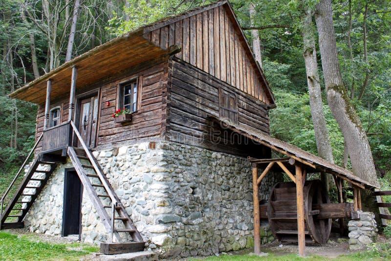 Maison traditionnelle avec le moulin, son, Roumanie images libres de droits