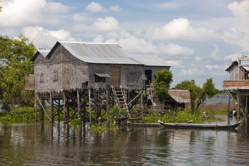 Maison traditionnelle d'échasse dans le village près de Phumi image libre de droits