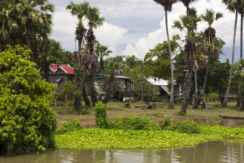 Maison traditionnelle d'échasse sur le fleuve de sève de Tonle. Cambod photographie stock libre de droits