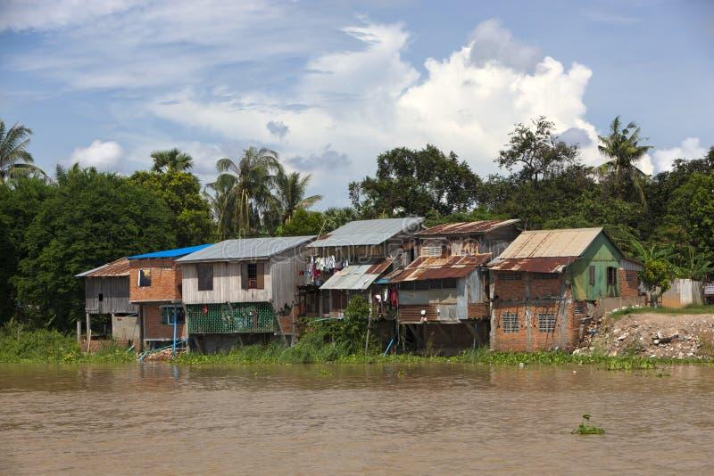 Maison traditionnelle d'échasse sur le fleuve de sève de Tonle près du pH images libres de droits