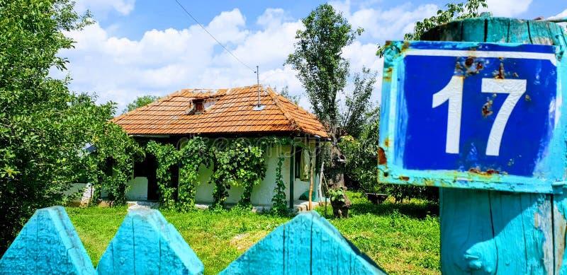 Maison traditionnelle dans le village d'Ostratu en Roumanie photo stock