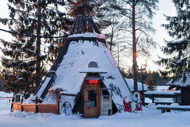 Maison traditionnelle de Suomi en Santa Claus Village Finnish Lapland Scandinavia images libres de droits