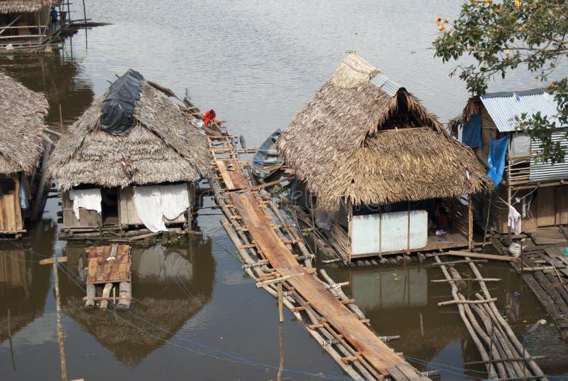 Maison traditionnelle sur le fleuve Amazone dans Iquitos, Pérou photographie stock