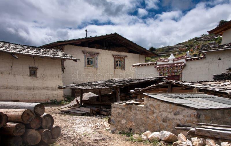 Maison traditionnelle tibétaine et une arrière-cour dans une campagne photo libre de droits