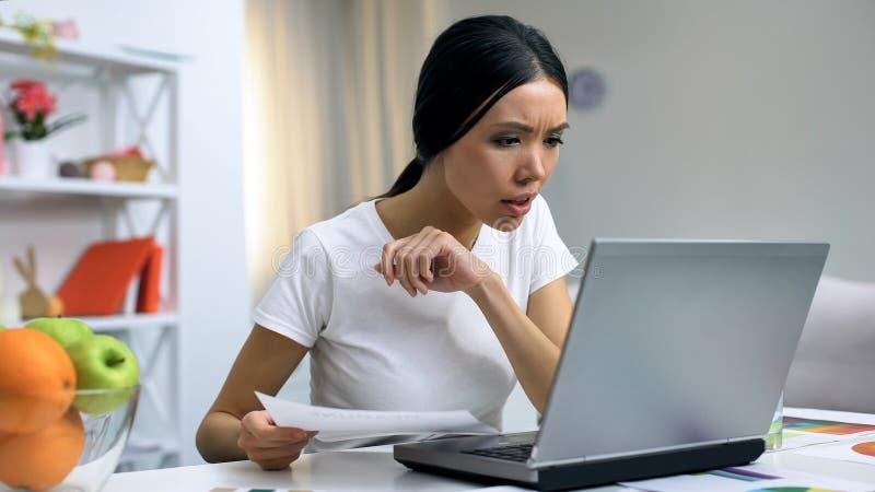 Maison travaillante d'ordinateur portable d'indépendant féminin attirant, démarrage en ligne, journaliste photographie stock libre de droits