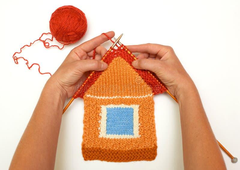 Maison tricotée sur le fond blanc images stock