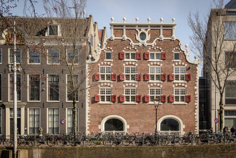 Maison typique de canal à Amsterdam Pays-Bas Mars 2015 image stock