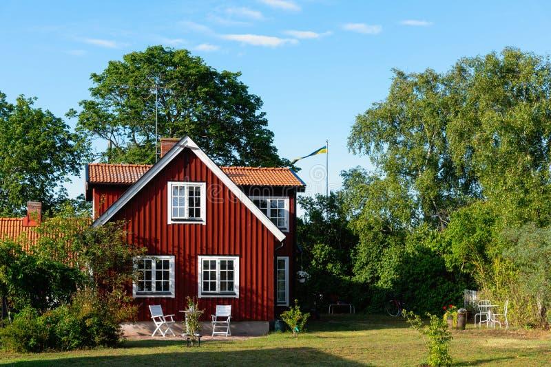 Maison typique en bois rouge en Suède en été image libre de droits