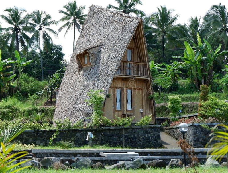 maison unique faite de bambou et toit de bardeau images libres de droits