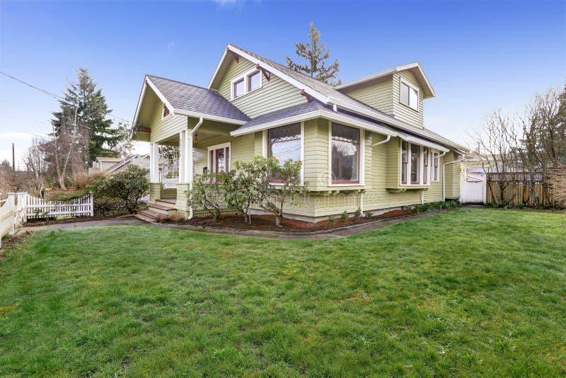 Maison vert clair extérieure avec le porche de colonne image stock