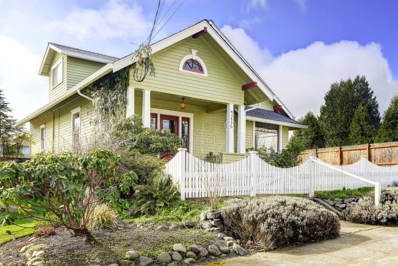 maison vert clair ext rieure avec le porche de colonne et la barri re blanche image stock. Black Bedroom Furniture Sets. Home Design Ideas