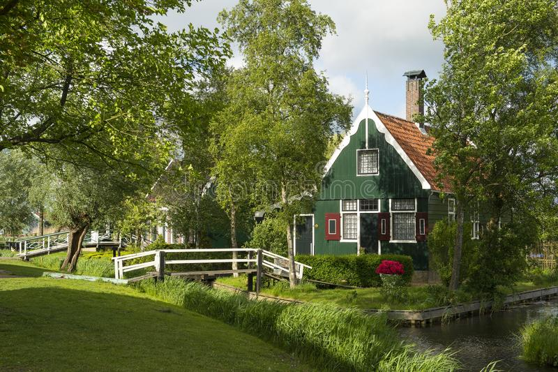 Maison verte en bois traditionnelle dans un village traditionnel les schans de Zaanse aux Pays-Bas près d'Amsterdam avec lequel e image stock