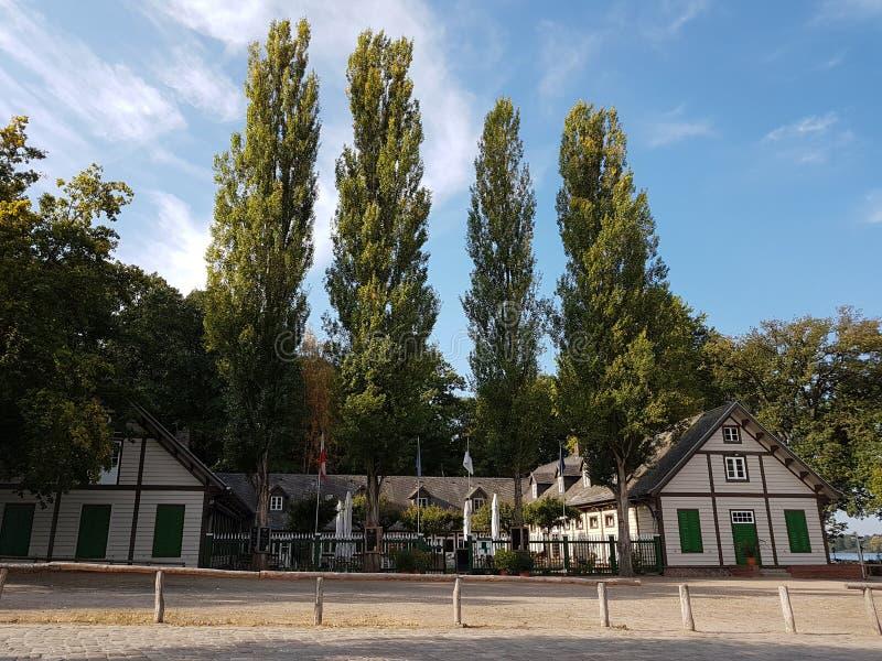 Maison verte, port de station au pilier de rivière images stock