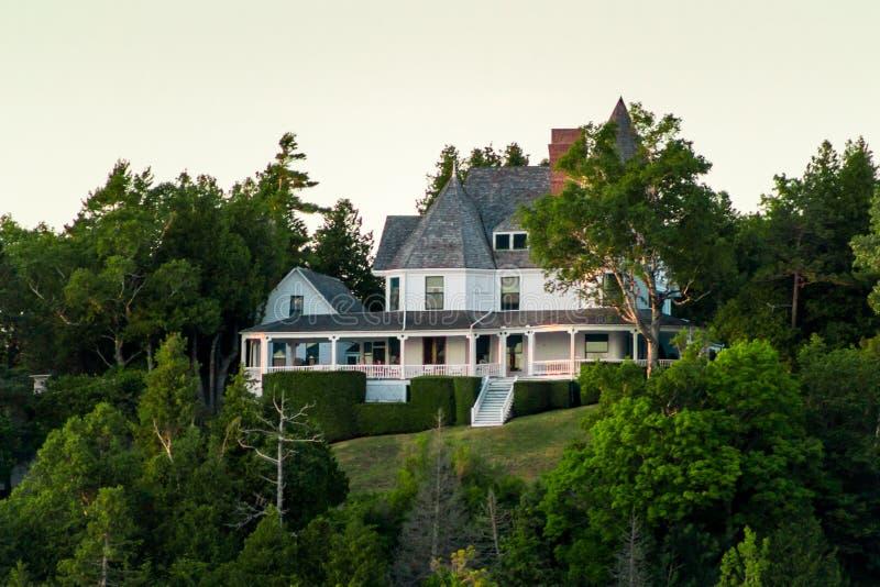 Maison victorienne étée perché sur les bluffs occidentaux de l'île de Mackinac regardant au-dessus du lac Michigan photo libre de droits