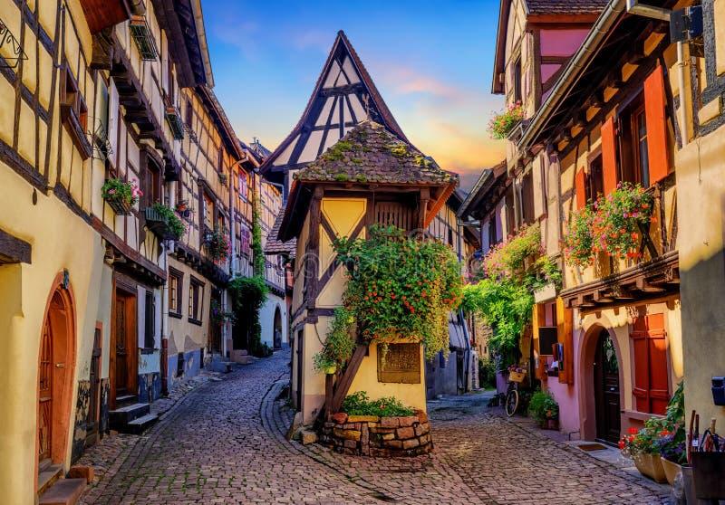 Maisons à colombage colorées dans Eguisheim, Alsace, France image stock