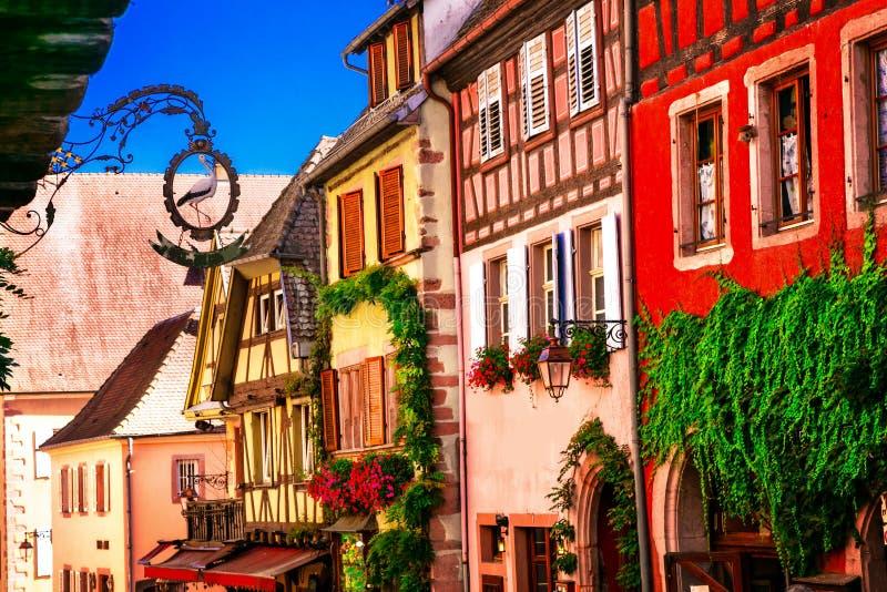 Maisons à colombage traditionnelles colorées d'Alsace dans les Frances, R images libres de droits